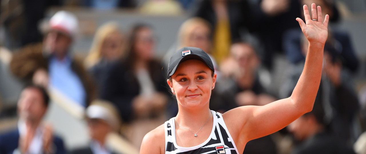 Ashleigh Barty wawing at Roland-Garros 2019