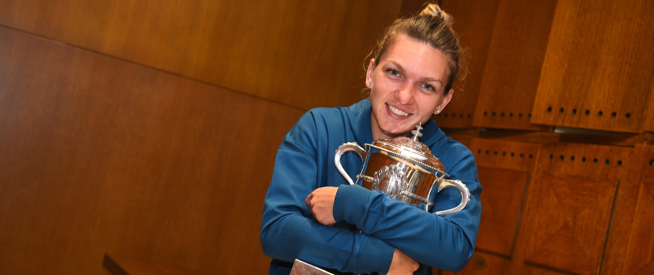Simona Halep all smile in the lockeroom at RG18 carrousel