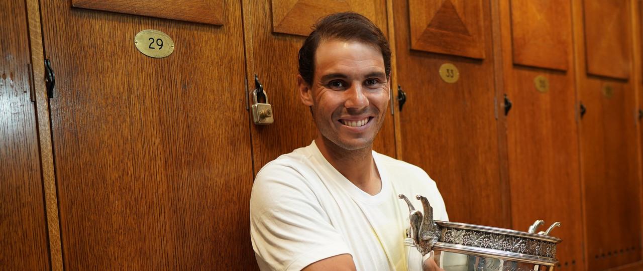 dc92134144 Rafael Nadal holding the Roland-Garros 2019 trophy in the locker room.